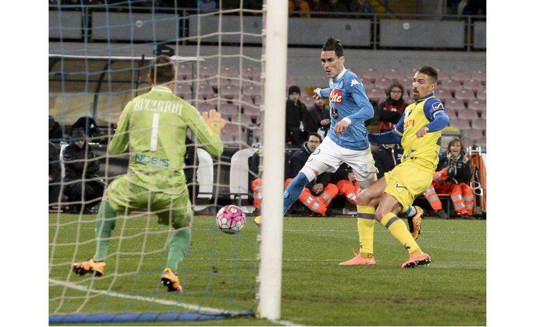 Napoli remonta ante Chievo y alcanza a Juventus en la punta