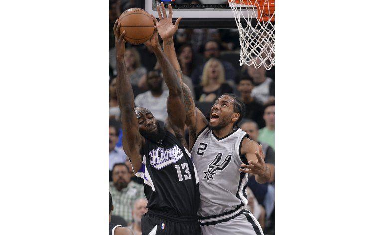 En regreso de Ginóbili, Spurs no perdonan en casa