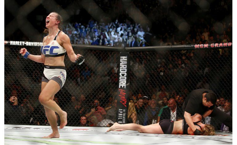 Diaz vence a McGregor, Tate quita título a Holm en UFC 196