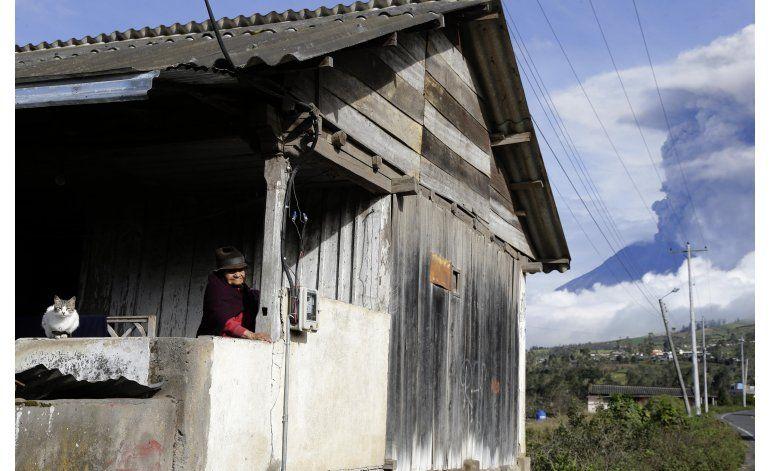 El volcán Tungurahua de Ecuador arroja ceniza y rocas