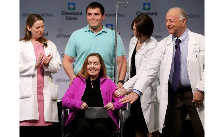 Mujer agradece por útero trasplantado, el primero en EEUU