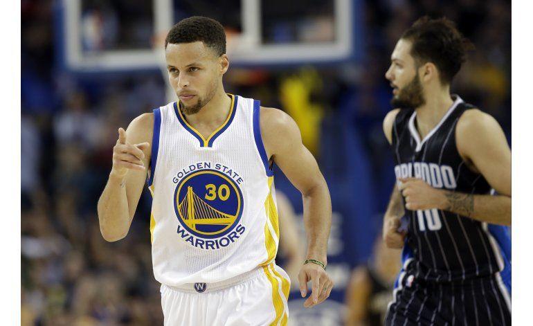 Curry es el primero en sumar 300 triples en una temporada