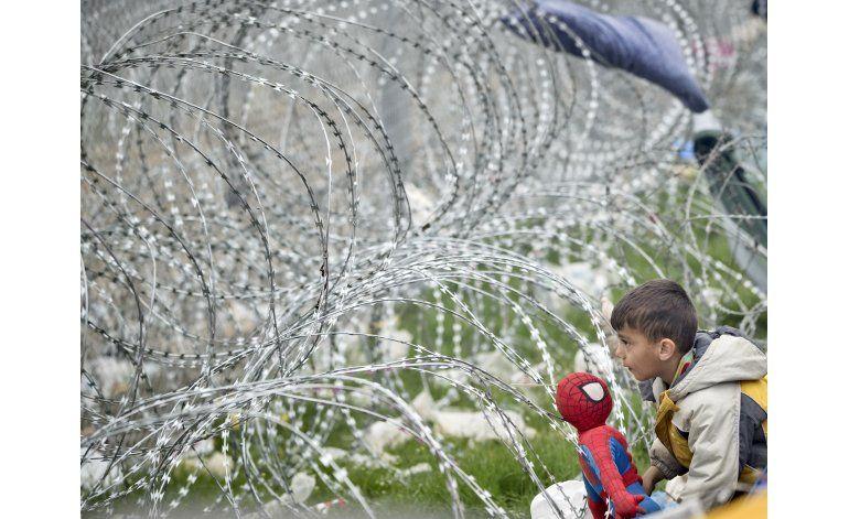 Miles de refugiados afrontan una frontera cerrada en Grecia