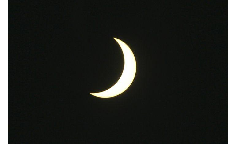 Aficionados buscan ver desde avión eclipse total de sol