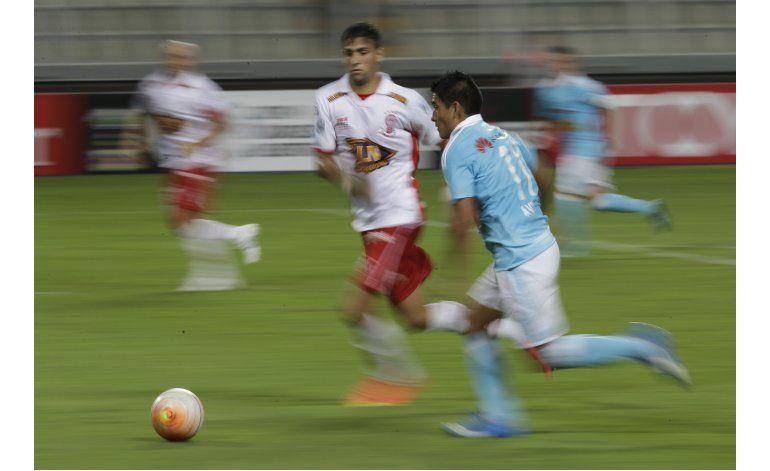 Libertadores: Cristal aprovecha errores y supera a Huracán