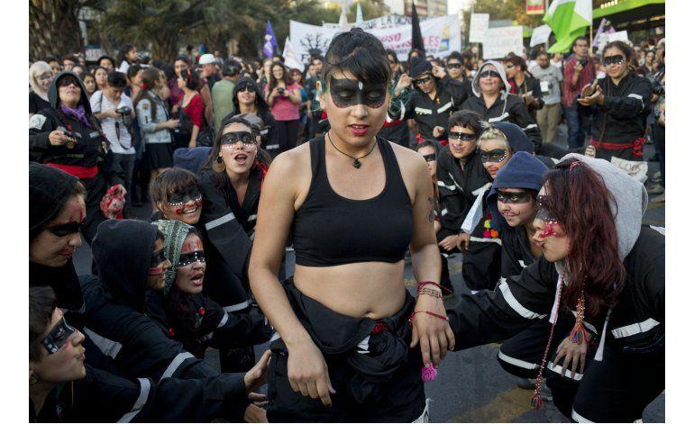 Miles de mujeres marchan en demanda de sus derechos en Chile