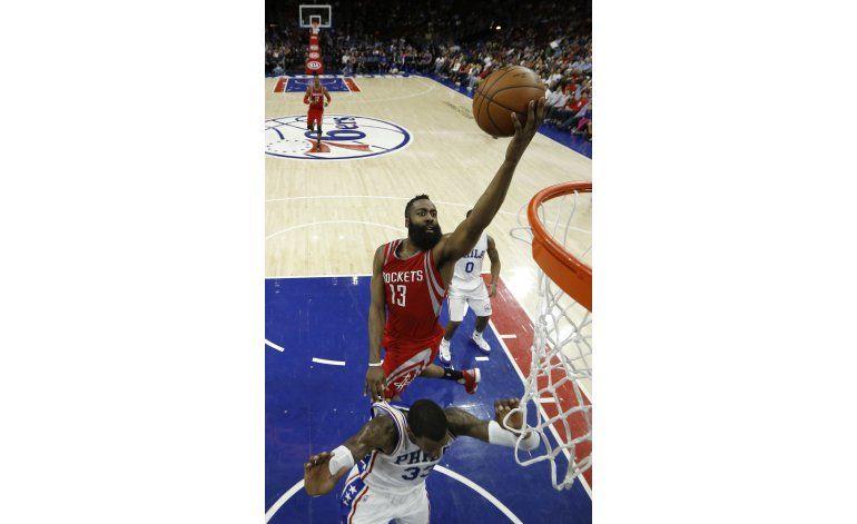 Harden y Howard guían a Rockets a triunfo 118-104 ante 76ers