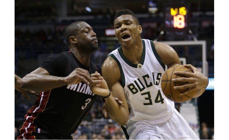 Antetokounmpo anota 24; Bucks vencen a Heat
