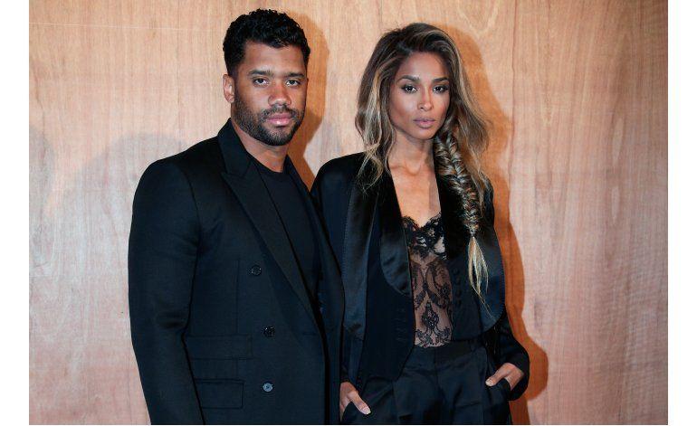 Russell Wilson anuncia su compromiso con la cantante Ciara