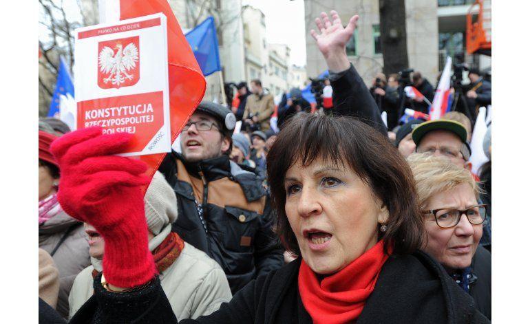 Miles de polacos exigen el fin de la crisis constitucional