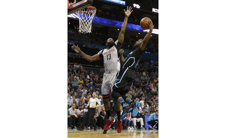 Walker guía a Hornets en triunfo sobre Rockets