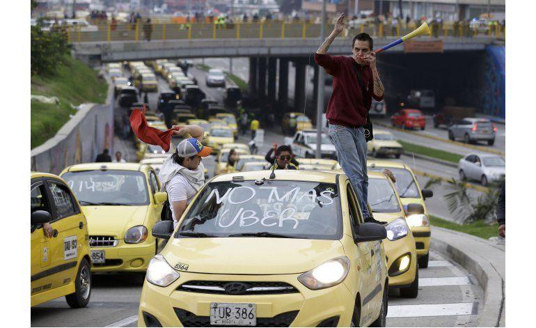 Taxistas bloquean vías de Bogotá en protesta contra Uber