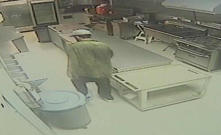 Captado en cámara quedó un sujeto que robó en una escuela de la Pequeña Habana