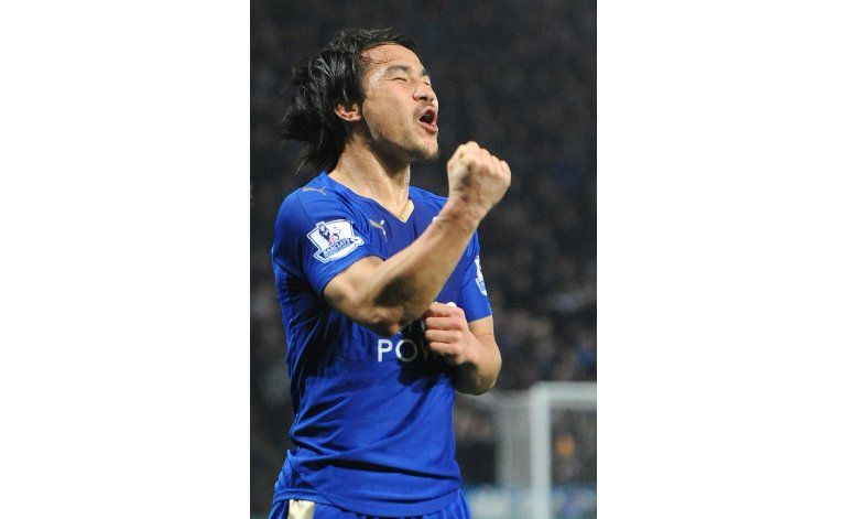 Gol de tijera de Okazaki sella victoria del líder Leicester