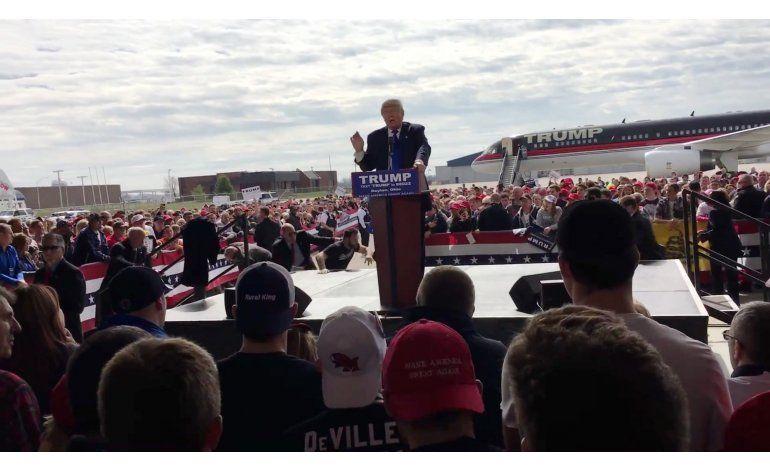 Cargos a hombre que intentó montarse en escenario de Trump