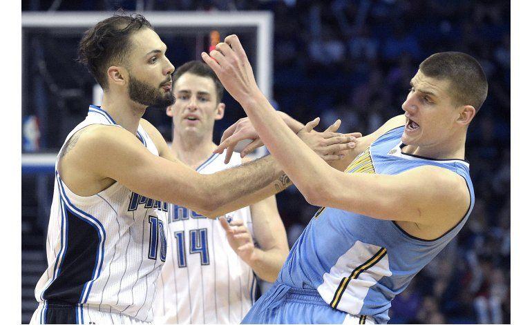 Fournier y Smith lideran victoria de Orlando ante Nuggets