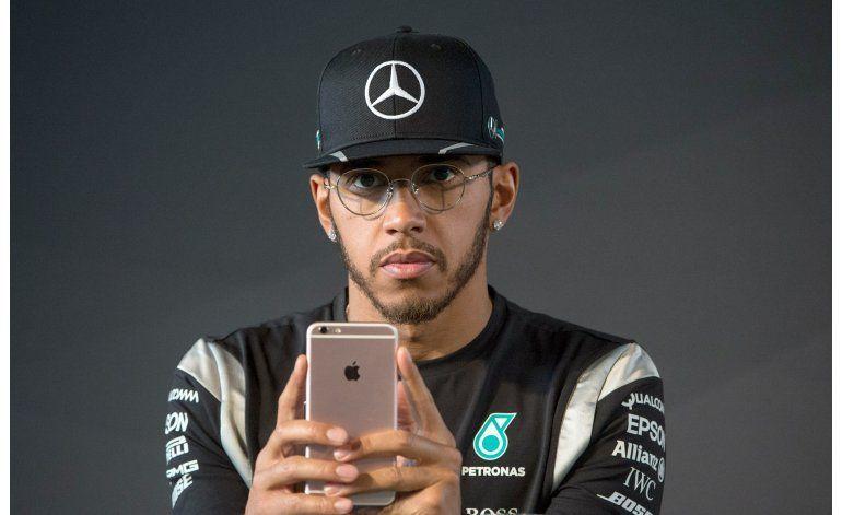 Investigan a Lewis Hamilton, por selfie en moto