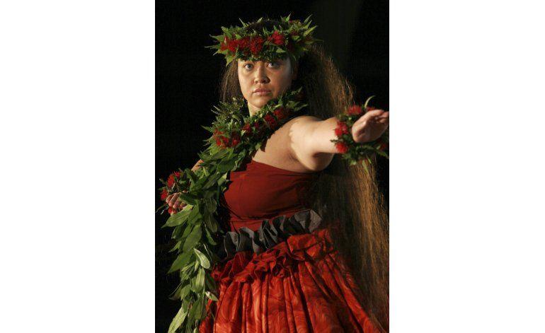 Bailarinas de hula evitan flor emblemática por enfermedad