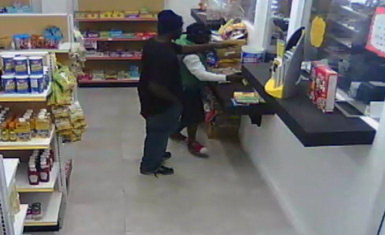 Apuntan con un arma a un bebé de 9 meses durante un robo en una tienda de Midtown
