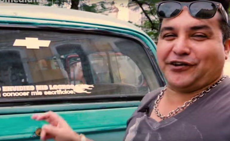 Carteles curiosos en los Almendrones en La Habana