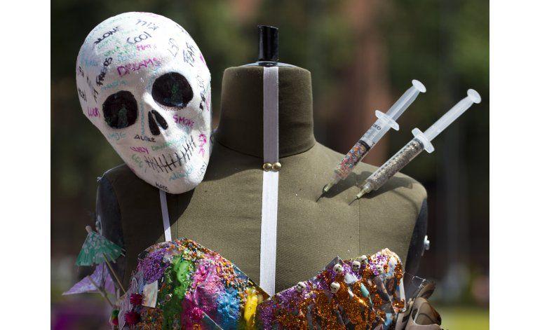 Estudiantes mexicanos realizan desfile de moda narco