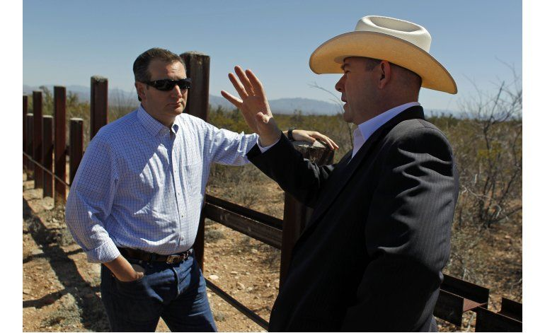 Ted Cruz visita la frontera de Arizona con México