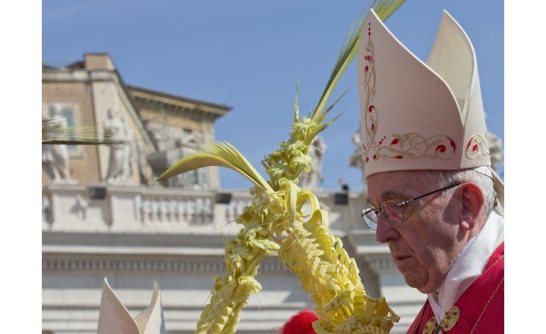 El papa bendice palmas y ramas de olivo, inicia Semana Santa