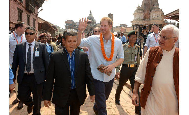 El príncipe Enrique visita a víctimas del terremoto en Nepal