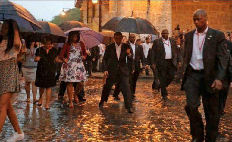 El presidente Barack Obama junto a su familia recorren las calles de  La Habana Vieja