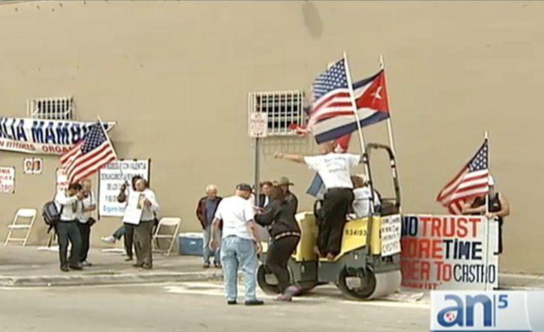 Cubanos en Miami protestan en contra de la visita de Obama