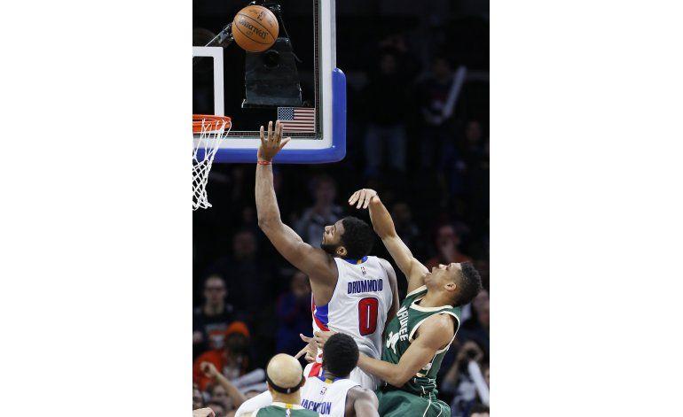 Pistons superan a Bucks con enceste de Drummond