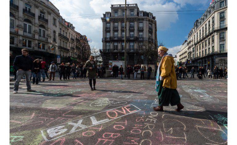 Dejan mensajes de apoyo en calle de Bruselas