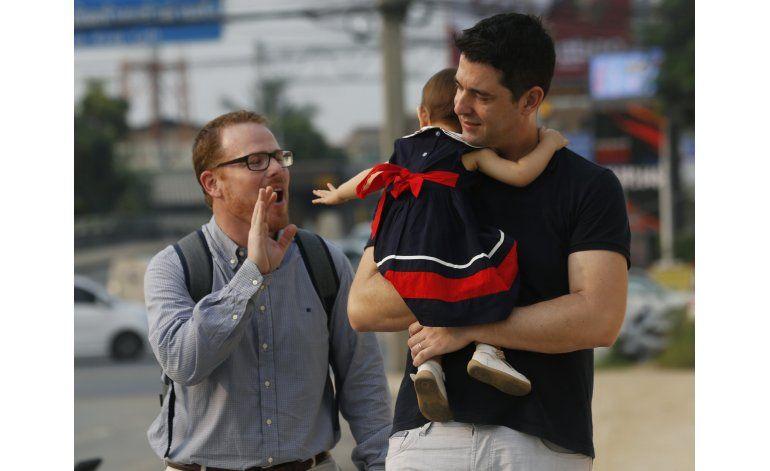 Tailandia: Padres gays y madre sustituta luchan por custodia
