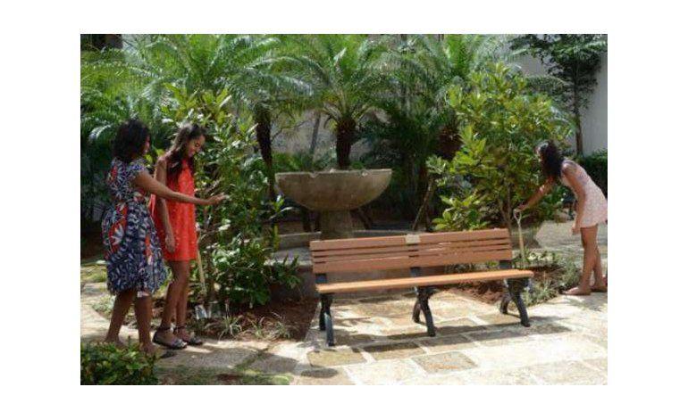 Michelle Obama y sus hijas plantan dos árboles en La Habana