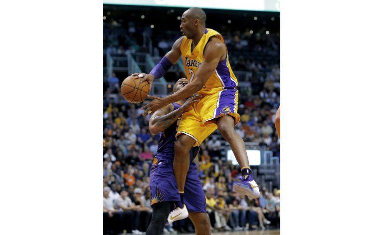 Bryant anota 17 en Phoenix, pero los Lakers pierden de nuevo