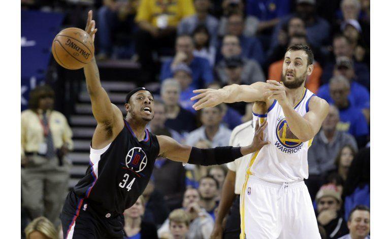 Curry abre camino en la 51ra victoria de Warriors en casa