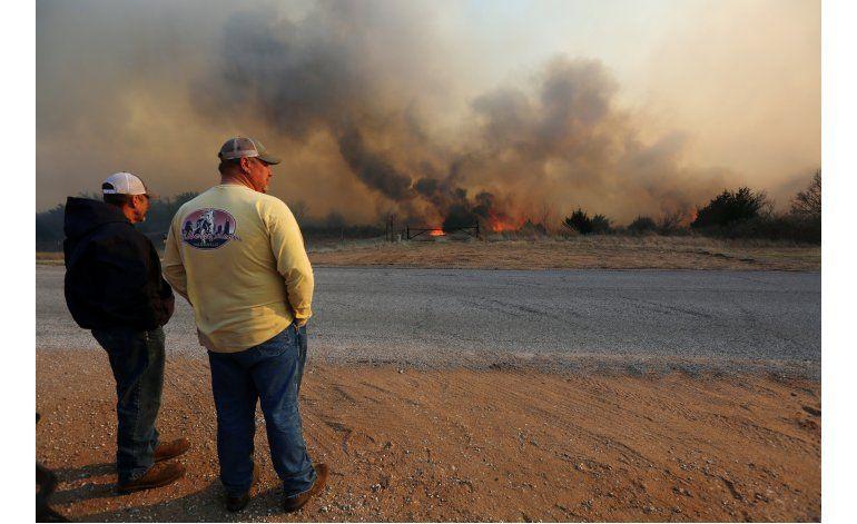 Cientos de bomberos combaten incendios en Oklahoma y Kansas
