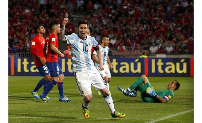 En el regreso de Messi, Argentina remonta y supera a Chile