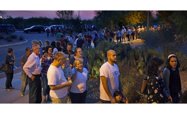 Demócratas: Largas filas suprimieron el sufragio en Arizona