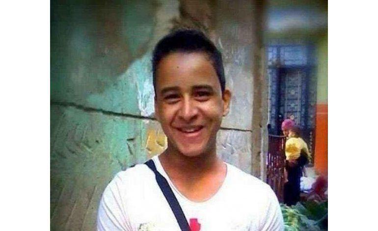 Liberan en Egipto al joven detenido por camiseta antitortura