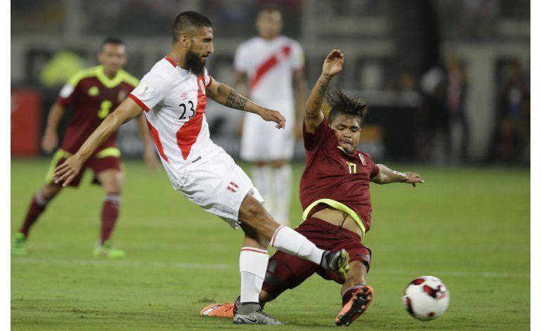 Perú convoca 2 centrocampistas para encuentro con Uruguay