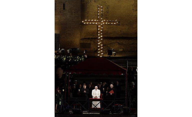 En Viacrucis, Francisco denuncia homicidios de cristianos