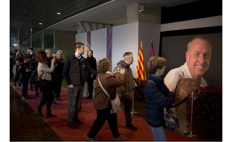 Hinchas del Barcelona rinden homenaje a Cruyff