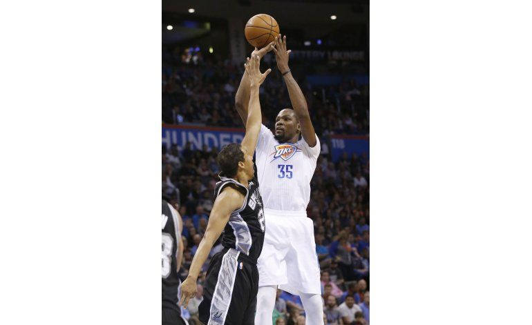 Westbrook, Durant y Thunder vencen a diezmados Spurs