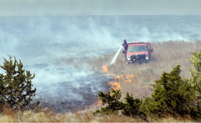 Helicópteros militares ayudan a combatir incendio en Kansas