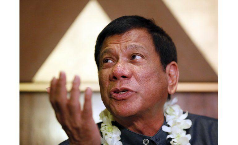 Alcalde con estilo singular causa asombro en Filipinas