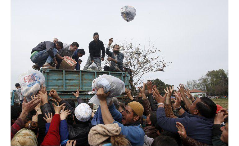Refugiados iraquíes y sirios bloquean protesta de migrantes