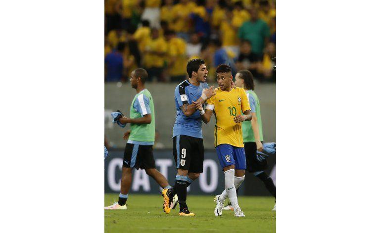 Mundial: Uruguay recibe a Perú con viento en la camiseta