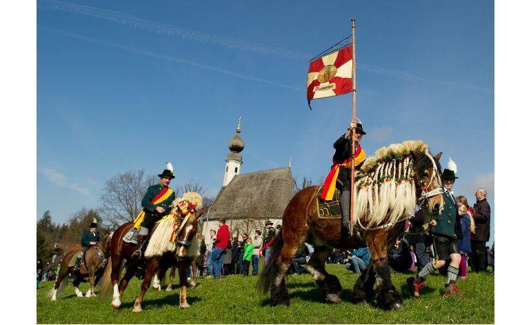 Jinetes bávaros desfilan en caballos por la Pascua