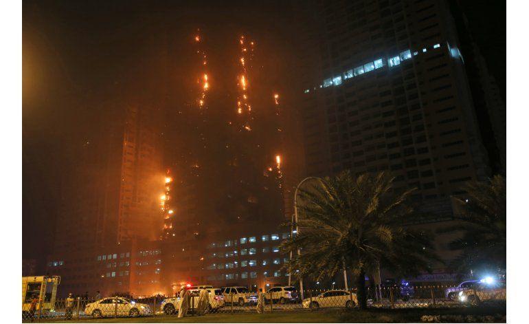 Rascacielos de Emiratos Árabes Unidos arde en incendio